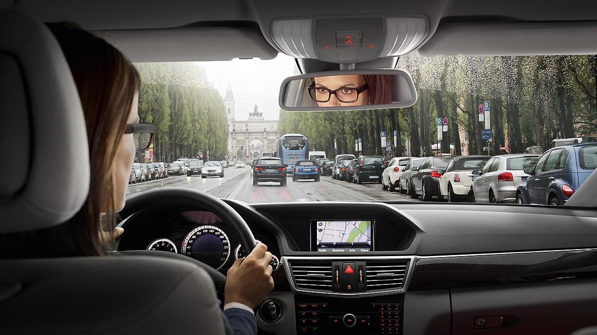 Skarpt syn på vejen, instrumentbrættet, bakspejlet og sidespejlene